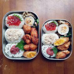 唐揚げ入りのデカおにぎり弁当 運動会の翌日もお弁当持ちだなんて 「聞いてないよ〜」←竜ちゃん風に ダチョウ倶楽部の往年のギャグ 中坊に伝わらず‥ . #お昼ごはん#お弁当#おにぎり#工房アイザワ #lunch#bento#riceball .