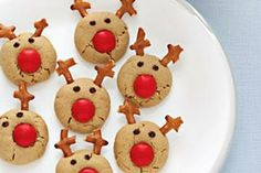 Candy coated chocolate, pretzels, and chocolate chips turn these peanut butter cookies into Santa's reindeer. Kids love them!I would use sugar cookies instead of peanut butter Christmas Sweets, Christmas Cooking, Noel Christmas, Christmas Goodies, Reindeer Christmas, Reindeer Food, Red Nosed Reindeer, Christmas Gingerbread, Christmas Parties