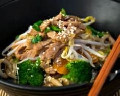 Quick-cooking ramen noodles paired with stir-fried beef and broccoli make a complete dinner in 30 minutes—perfect for busy evenings. While the vegetables and noodles are cooking, the beef marinates in the ramen seasoning, helping to save time. Beef Recipes, Whole Food Recipes, Cooking Recipes, Beef Meals, Copycat Recipes, Sesame Beef, Chinese Stir Fry, Chinese Egg, Chinese Food