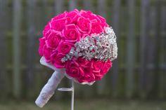 Bruidsboeket met fuchsia kleurige Roosjes en halve maan van broches.