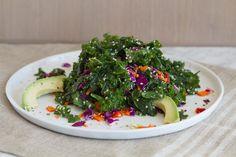 Kreativer Grünkohlsalat mit Avocado  - Grünkohl mal anders: Mit frischem Gemüse, Rotkohl und einem frischen Dressing beweist er einmal mehr seine Vielseitigkeit. Die Avocado sorgt für einen zusätzlichen Eiweißkick.