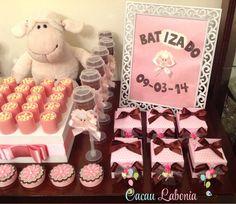 Mini caixinhas de leite com pão de mel, latinhas personalizadas com flores, push cake de ovelha e bolachinha, doces rosa e perolado personalizados! E pra anunciar o evento, um lindo porta retrato