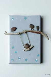 Tableau galets oiseaux bois flotté fond gris touches bleu dessin humoristique petit format chambre enfant : Décorations murales par artistik