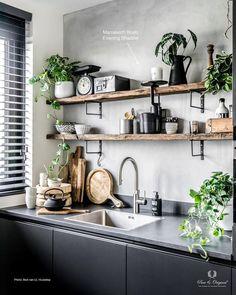 Kleine, zwarte keuken.