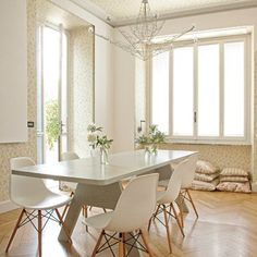 """Une salle à manger épurée, pleine de fraîcheur - Marie Claire Maison La table est en bois peint, par Piet Hein Eek (www.pietheineek.nl) et encadrée par six chaises """"DSW"""" de Charles & Ray Eames (Vitra)"""