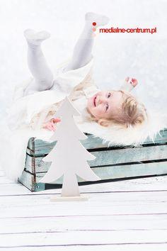 dziecięca fotografia studyjna Święta Bożego Narodzenia, prezenty , choinka, fotografia w bieli