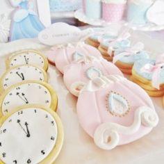Ciasteczka w kształcie karocy-dyni i zegarów jako przekąska na urodziny z Kopciuszkiem