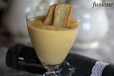 La crema inglese è un dessert dalla golosissima semplicità: un cucchiaino di questo dolce ci risolleverà l'animo in queste giornate fredde e grigie!