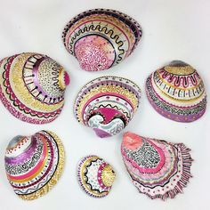 Get inspired with 20 painted sea shell crafts and shell designs. It's easy to decorate your favorite shells and turn them into beautiful shell art. Seashell Painting, Seashell Art, Seashell Crafts, Beach Crafts, Stone Painting, Painted Shells, Pink Themes, Ocean Art, Recycled Crafts