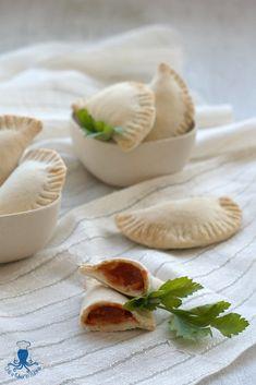 Panzerotti ripieni con pomodoro e mozzarella, senza lievitazione, cotti al forno o fritti.