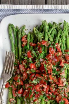 Easy Asparagus Recipe with Mediterranean Salsa (The Mediterranean Dish) Asparagus Appetizer, Easy Asparagus Recipes, Asparagus Salad, How To Cook Asparagus, Vegan Recipes Easy, Vegetable Recipes, Vegetarian Recipes, Vegetable Sides, Veggie Dishes