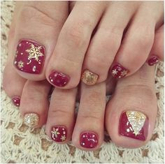 Here I have 15 Christmas toe nail art designs, ideas & stickers of Get the glimpses of these awesome Xmas nails and do revert us with your feedback. Christmas Toes, Christmas Gel Nails, Christmas Nail Designs, Holiday Nails, Gold Christmas, Holiday Fun, Simple Christmas, Merry Christmas, Simple Toe Nails
