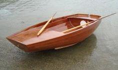 Une annexe comme on en rêve. L'annexe en bois est autant le compagnon naturel d'un voilier traditionnel que celui d'un racer aux formes plus sportives. Dans tous les cas, comme sur Skoïern, c'est l'expression d'un art de naviguer et, au port, la plus belle carte de visite pour un marin.
