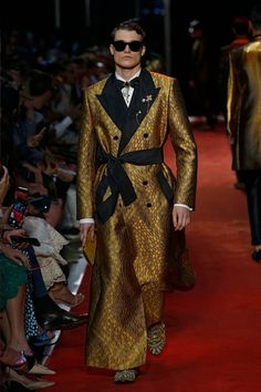 Dolce & Gabbana Online Store, shop on the official store exclusive clothing and accessories for men and women. Couture Fashion, Runway Fashion, High Fashion, Fashion Show, Mens Fashion, Fashion Design, Dolce & Gabbana, Exclusive Clothing, Personalized T Shirts