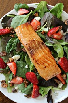 Salmon Salad with Homemade Strawberry Vinaigrette Heart Healthy Salmon Strawberry Salad with roasted walnuts Fun Saving & Cooking.Heart Healthy Salmon Strawberry Salad with roasted walnuts Fun Saving & Cooking. Cheap Clean Eating, Clean Eating Snacks, Healthy Eating, Healthy Cooking, Salmon Salad Recipes, Fish Recipes, Vegetable Recipes, Meat Recipes, Vegetarian Recipes