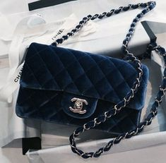 Find tips and tricks, amazing ideas for Burberry handbags. Discover and try out new things about Burberry handbags site Chanel Handbags, Fashion Handbags, Purses And Handbags, Fashion Bags, Fashion Mode, Gucci Bags, Leather Handbags, Ladies Handbags, Cheap Handbags