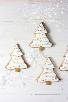 Girly Evergreen Trees — whisk + wander : Girly evergreen trees made with Martha by Mail evergreen tree cookie cutter. Christmas Tree Cookies, Cut Out Cookies, Christmas Desserts, Christmas Treats, Christmas Baking, Christmas Cookies, Christmas Time, Gingerbread Cookies, Xmas Food