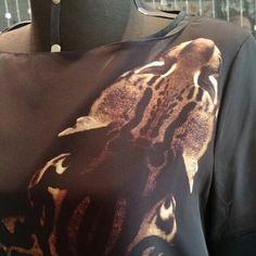 Vestido larguinho delicioso com estampa de onça? Temos sim! Este modelo Gloria Coelho é tudo o que se precisa em uma dia mais descontraído e relaxado. E ele fica muito bonito com qualquer sapato desde rasteirinha até sandália de salto 10.  www.malumodas.com  #confraternizacao #imperdivel #modafesta #festa #casamento #convidada #madrinha #formatura #formanda #lojaonline #vestido #verao #look #ootd http://ift.tt/29Ss7Qh #moda #campinas #grife #modabrasileira