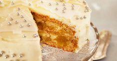 Loihdi talven kahvipöytään juhlava, valkea omenatäytekakku.