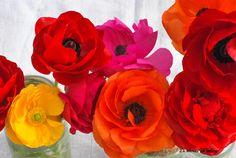 Décoration mariage : un chemin de table coloré, décoration mariage, wedding, centerpiece, centre de table, colorful, orange, bleu, rouge, jaune, yellow, red, blue, rose, pink, raphia, corde, mariage, chemin de table
