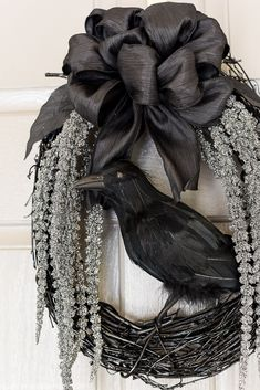 DIY spooky glam Halloween wreath with glittery stems draping down and a black crow to welcome your guests. DIY spooky glam Halloween wreath with glittery stems draping down and a black crow to welcome your guests. Spooky Halloween, Halloween Tafel, Halloween Dekoration Party, Dollar Tree Halloween, Classy Halloween, Outdoor Halloween, Holidays Halloween, Halloween Crafts, Halloween Party