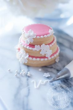 Learn to make fun wedding favour cookies