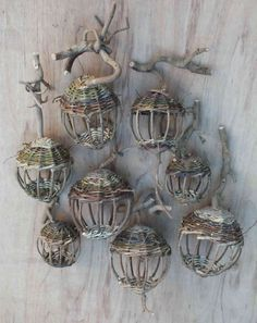 Lanternes Mangeoires Nature Crafts, Fun Crafts, Diy And Crafts, Arts And Crafts, Newspaper Basket, Newspaper Crafts, Willow Weaving, Basket Weaving, Garden Crafts