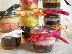 Veja nesta matéria como fazer bolo no pote para vender, receita do bolo e dos recheios, coberturas e caldas, dicas de embalagens e decoração para seus potes, além de várias informações legais para calcular o curto e os lucros.