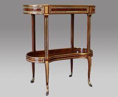Table à ouvrage estampillé Adam Weisweiler, Paris vers 1785. Placage d'acajou ondé, bronze doré, laiton. Musée Carnavalet. © AnticStore