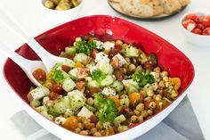 Bei mir dürfen bei einem Grillabend oder einer kleinen Gartenparty auf keinen Fall die Beilagen fehlen - Kichererbsen-Salat mit Fetakäse, Gurke und Tomaten. Cobb Salad, Food, Chic Peas, Tomatoes, Garden Parties, Side Plates, Hoods, Meals