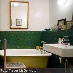 Grüne Mosaikfliesen und freistehende Badewanne