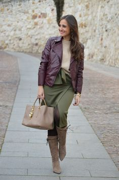 1000 MANERAS DE VESTIR: Perfecto burgundy. Beige sweater+olive green wrap skirt+brown tights+taupe midi boots+burgundy moto leather jacket+beige handbag. Winter Smart Casual Outfit 2017