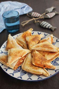 Empanadillas-de--pan-de-molde-sandwichera(1) Wrap Sandwiches, Tasty, Cooking, Ethnic Recipes, Primers, Food, Beverages, Wraps, Sandwich Maker Recipes