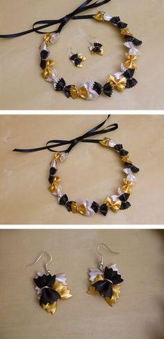 Et voilà la petite nouveauté en ce début de mois ! Le collier a été réalisé avec des farfalle de taille normale et les boucles avec des mini farfalle (support plaqué argent). Les pâtes sont peintes à l'acrylique : noir, blanc nacré et or. Pasta Crafts, Diy Jewelry, Jewelry Making, Jewellery, Bijoux Diy, Business For Kids, Creative Gifts, Homemade Gifts, Nespresso