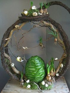 would be lovely with a nest with small eggs where the large egg is.or a few spring flowers.This says: Voorjaar workshops voorgaande jaren Deco Floral, Arte Floral, Easter Flowers, Spring Flowers, Easter Wreaths, Spring Crafts, Ikebana, Easter Crafts, Easter Decor