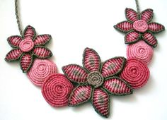 Macrame pink and brown necklace with flowers and por makramaSMA