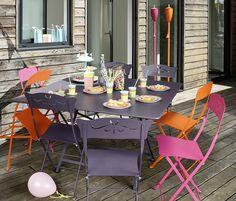 Fermob - Salon de jardin - Table Cargo Prune, chaises Bagatelle Prune, chaises Coeur Fuchsia et Carotte.