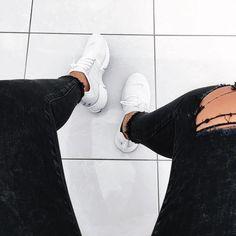 "Nike Air Presto ""White"" // schwarze Jeans und weiße Sneaker – mega Outfit! Foto: https://www.instagram.com/lisajolie_/"