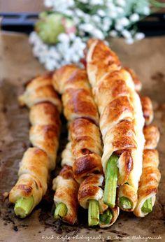Feuilletés d'asperges vertes au jambon cru (La recette pour Pâques2017) Ingrédients: (pour 3 personnes) 1 pâte feuilletée pur beurre 7 belles asperges vertes de même grosseur 7 tranches de jambon cru de qualité (pas trop salé!) 1 jaune d'oeuf poivre huile...