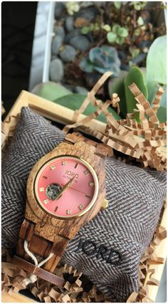 Rosé all day!  The newest in our automatic Cora collection, wild Zebrawood is matched with a metallic rosé face. Perfection under glass! Free shipping worldwide!