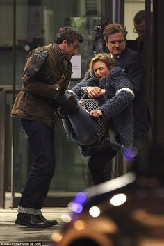 Pregnant Bridget Jones carried into London hospital by love interests Who's the father? Renee Zellweger was spotted filming scenes for Bridget Jones's Baby with Colin Firth and Patrick Dempsey in London recently Bridget Jones 3, Renee Zellweger Bridget Jones, Bridget Jones's Diary 2001, Bridget Jones Movies, Mr Darcy, Patrick Dempsey, Funny Scenes, Colin Firth, The Best Films
