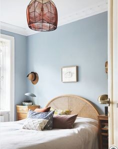 Love the wall color Bed Room inspiration - light blue walls, rattan headboard and a lamp made with yarn in red shades. Light Blue Rooms, Home Bedroom, Pretty Bedroom, Blue Bedroom Walls, Bedroom Interior, Light Blue Bedroom, Painted Bedroom Furniture, Bedroom Inspirations, Blue Walls Living Room