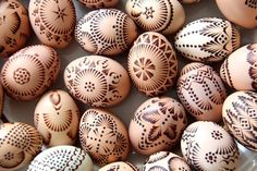 Two types of Margučiai (mar-goo-chay) ~ marginti vašku (wax relief using bees wax) and išskutinėjamas (scratch) eggs Polish Easter, Easter Egg Pattern, Carved Eggs, Egg Tree, Easter Egg Designs, Happy Easter Everyone, Ukrainian Easter Eggs, Egg Crafts, Easter Traditions