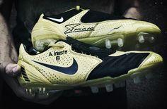 Una historia inolvidable: Las botas de Iniesta Nos hicieron a mano y a medida, para calzar a uno de los mejores futbolistas del mundo. Jugar a los pies de Andrés, que es como se llama nuestro primer dueño, representaba todo un lujo.