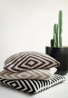 KAH15-13_Diagonal_pute1_ diagonalmønster Free Knitting, Knitting Patterns, Diy Interior, Free Pattern, Knit Crochet, My Design, Pillows, Cushions, Country