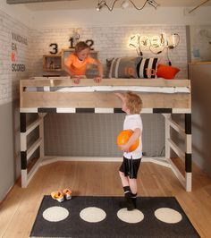 Bed in the shape of a goal cage, wardrobe as in locker room or carpet turf, find the most beautiful decor of children's rooms football fans! All Wood Furniture, Diy Kids Furniture, Balcony Furniture, Bedroom Furniture, Affordable Furniture Stores, Cheap Furniture Online, Bedroom Setup, Kids Bedroom, Football Bedroom