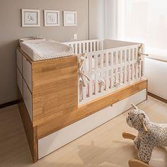 Cama madera natural, corral en mdf pintado, con sistema de apertura en un lado con cama auxiliar en mdf pintado, incluye 2 nocheros con 2 cajones en madera más mdf pintado.