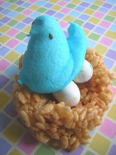 What a cute idea! Bird's nest made out of rice krispy treat with a peep and robins eggs! Cuute!