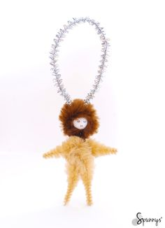 Vintage inspired pipe cleaner ornament. I'm not sure if it's a baby lion or an eskimo but it's cute :) I used bump chenille for the body and the hoodie, and glitter pipe cleaner for the hanging loop. The head is a 12mm diameter spun cotton ball (available on www.spunnys.com).