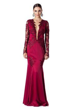 Vestido longo com manga e costas em renda e aplicações de renda no busto e saia.  Valor de varejo R$2.595,00